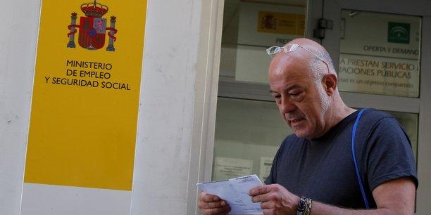 Un homme sort d'une agence d'emploi gouvernementale à Séville, dans le sud du pays, le 2 juin 2016.