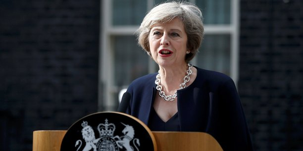 Theresa May, hier 2 août, tenant conférence à la presse devant le 10 Downing street.