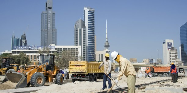 Des ouvriers travaillent sur le chantier de construction d'un pont dans la capitale Koweit City, en septembre 2011.