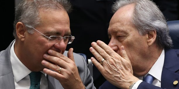 Le président du Sénat brésilien Renan Calheiros et le président de la Court Suprême Ricardo Lewandoswki discutent avant le vote des sénateurs, mercredi 10 août.