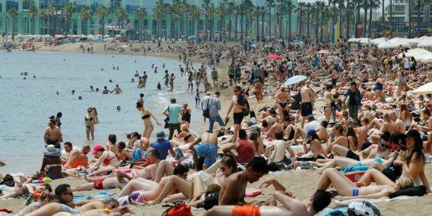La célèbre plage de la Barceloneta reçoit chaque année entre mai et septembre 3 millions de visisteurs