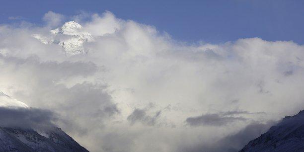 Marcher dans l'Himalaya, un rêve d'adolescent qu'Antoine ne s'était jamais autorisé à réaliser jusqu'ici. Impossible, pensait-il : trop de travail pour partir trois semaines d'affilée... (Photo: l'Everest dans les nuées).