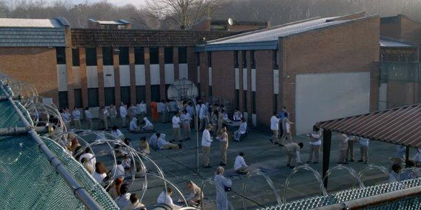 Aux Etats-Unis, la dernière saison de la série télévisée Orange Is The New Black met en lumière les problèmes rencontrées dans une prison privatisée : gardes peu entraînés, manque de moyen et surpopulation carcérale.