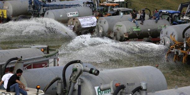 Les producteurs laitiers français protestent régulièrement contre des conditions économiques de plus en plus difficiles pour le secteur. Ici en 2009 près du Mont Saint-Michel.