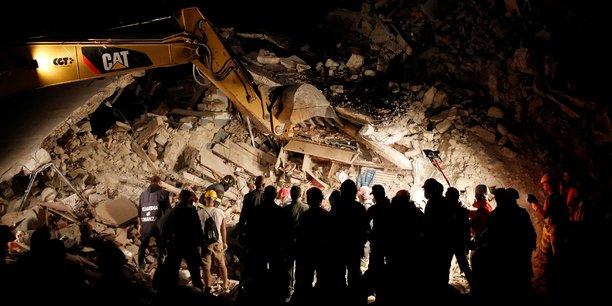 Les recherches se sont poursuivies toute la nuit, 24 heures après le séisme.