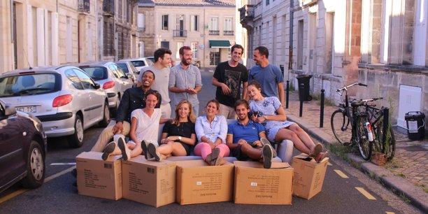 Laure Courty (en bas à gauche) avec une partie de l'équipe de JeStocke.com, qui propose un service de garde-meubles et stockage entre particuliers et depuis quelques mois entre professionnels.