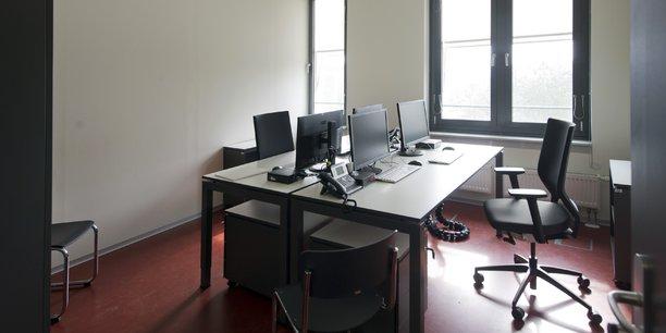 Pour faire face à ces absences, les entreprises ont recours à différents dispositifs comme l'embauche de personnels en CDD ou en intérim, ou le recours aux heures supplémentaires, selon l'enquête de l'association Référentiel de l'absentéisme.