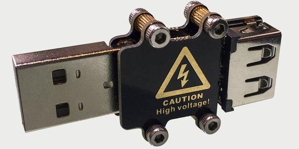 En insérant la clé dans le port USB, celle-ci envoie à chaque seconde une décharge électrique de 240 volts dans l'ordinateur. De quoi griller rapidement, et de manière irréversible, 95% des appareils.