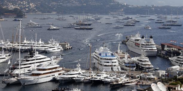 La crise financière de 2008 a frappé les millionnaires... mais sans doute épargné les milliardaires, ce qui expliquerait pour le secteur des méga-yachts à moteur qui peuplent les baies méditerranéennes s'en est mieux sorti. (Photo: la rade Monaco, le 25 septembre 2013, lors du 23e Salon du nautisme de la Principauté)
