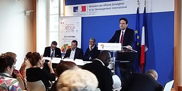 Mathias Fekl, le secrétaire d'État chargé du Commerce extérieur, évoquant les relations économiques entre la France et l'Afrique lors d'une conférence de presse, au Quai d'Orsay. À sa droite, Lionel Zinsou, ancien Premier ministre du Bénin et co-président  de la Fondation AfricaFrance, créée à la demande de François Hollande.