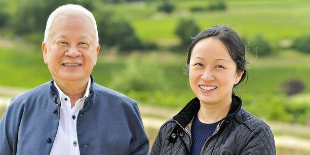 Peter Kwok et sa fille, Karen, dans les vignes plantées en terrasses de Château Tour Saint-Christophe (Saint-Emilion Grand Cru)