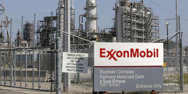 Les bénéfices d'ExxonMobil ont reculé pour le quatrième trimestre consécutif fin avril, tandis que le chiffre d'affaires en est à son huitième trimestre de baisse d'affilée.