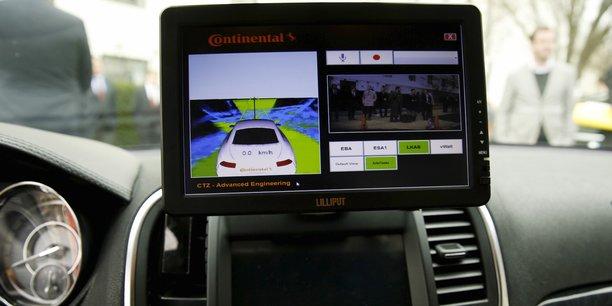 Le potentiel de la voiture autonome, considérée avec l'électrique comme l'avenir de l'automobile, entraîne une course contre la montre entre Detroit, berceau de l'automobile américaine, et la Silicon Valley, temple de la technologie, pour savoir qui sera le premier à l'introduire sur les routes d'ici 2020.