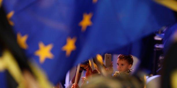 Ce programme ne s'adresse pas (...) aux étudiants, mais aux apprentis. Il leur donne la même possibilité de mobilité que des jeunes issus des milieux accadémiques. C'est pour cela que je le soutiens, a lancé le président du parlement européen Martin Schulz.