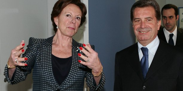 Au siège de la Commission européenne, à Bruxelles, le 21 mars 2006, la commissaire à la concurrence Neelie Kroes, accueillant Fulvio Conti, directeur exécutif de l'énergéticien italien Enel.