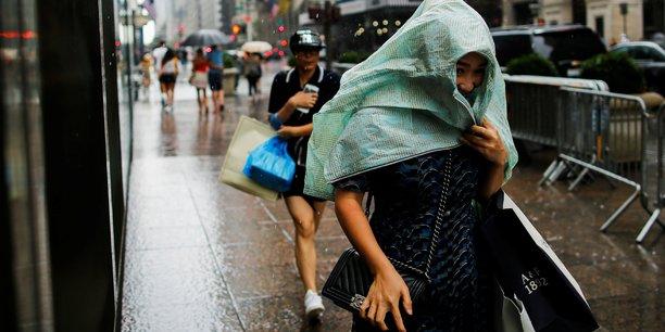 Urbanisation massive, changement climatique, expansion des technologies, et croissance des inégalités sont les quatre défis majeurs que la planète doit régler d'ici à 2030. (Photo: Manhattan sous la pluie, le 20 août 2016)