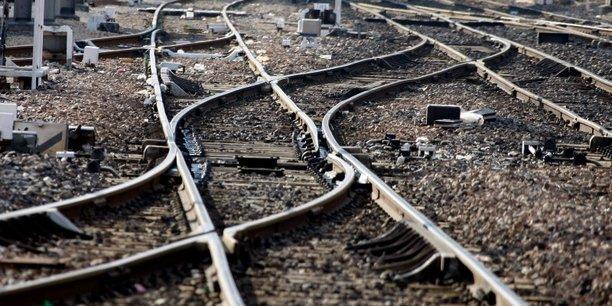 Les huit sénateurs de droite et de gauche qui ont participé à l'étude préconisent d'investir massivement pour améliorer et renouveler le réseau ferroviaire existant.