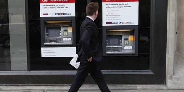 96,3% des plus de 10 ans et plus possèdent un compte chèque ou un actif financier dans une banque.