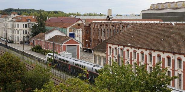 Vue du site d'Alstom à Belfort, une rame TGV neuve au premier plan.