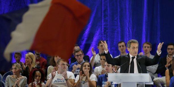 Nicolas Sarkozy, en grande difficulté dans les sondages, a attaqué Alain Juppé lors de son meeting parisien du Zénith, accusant le maire de Bordeaux de chasser les voix de gauche: « la trahison pendant la campagne en augurera de plus grandes, lorsqu'il faudra en permanence donner des gages à la gauche »