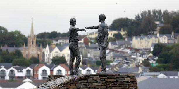 A Londonderry (Irlande du Nord), la statue de la paix baptisée Mains tendues par dessus les divisions.