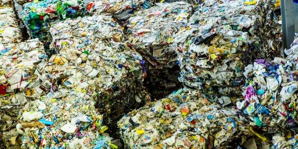En 2015, la Chine a importé 49,6 millions de tonnes de déchets destinés à constituer les matières premières de son industrie: plus d'un quart de la totalité des déchets valorisables exportés au monde, et plus de la moitié de ceux exportés par l'Europe.