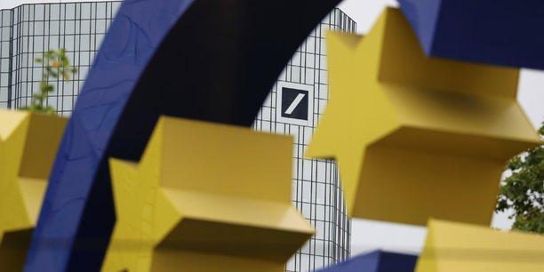 Le siège de la Deutsche Bank se devine derrière le signe Euro, à Francfort.