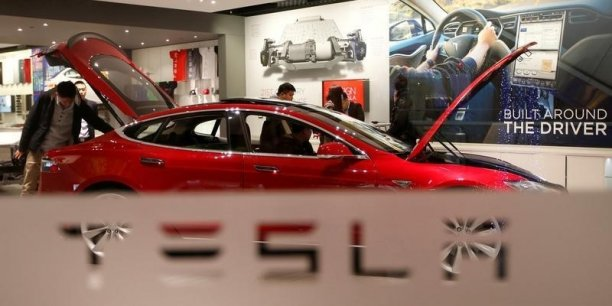 Le constructeur automobile Tesla travaillerait actuellement à la création d'un service de streaming musical à destination de ses clients. Le groupe espère ainsi concurrencer Apple et Spotify parmi les utilisateurs de ses véhicules.