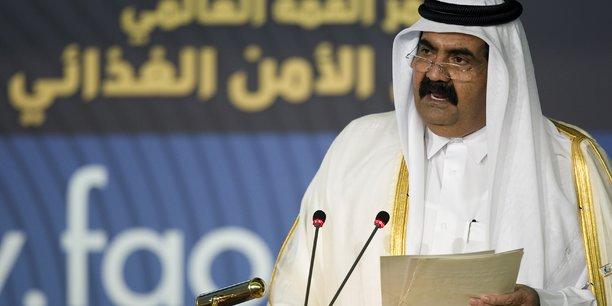 Le cheikh Hamad ben Jassem ben Jaber al-Thani, ancien Premier ministre du pays, et son cousin, l'ancien émir cheikh Hamad ben Khalifa Al-Thani (photo), envisagent d'apporter un soutien à la banque avec de nouveaux capitaux, écrit le Spiegel