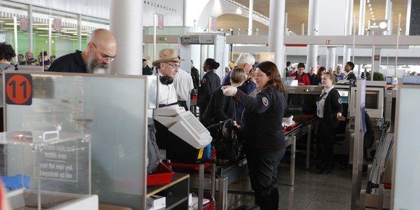 Les contrôles de sécurité à l'aéroport Paris-Charles-de-Gaulle, en mars 2016.