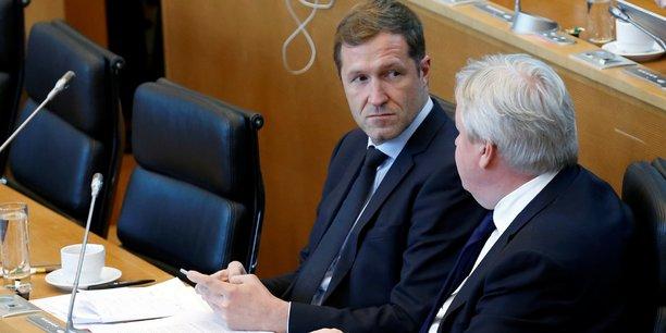 Le socialiste Paul Magnette, ministre-président de la région de Wallonie, avec son vice-ministre-président, Jean-Claude Marcourt (de dos), vendredi 14 octobre 2016, lors du débat sur le CETA, au parlement de Wallonie, à Namur (Belgique).