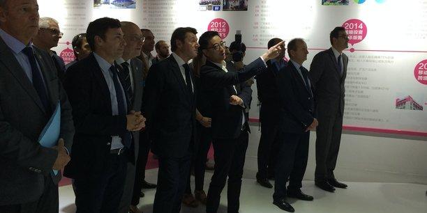 Christian Estrosi et Arthur Hong, président de Vip.com, 3ème acteur e-commerce en Chine, entourés de la délégation mêlant élus et chefs d'entreprises.