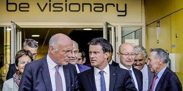 Manuel Valls, (ici lors de la visite d'I2S) entouré d'Alain Rousset, président de Nouvelle-Aquitaine et de Jean-Luc Gleyze, président du Conseil départemental de la Gironde.