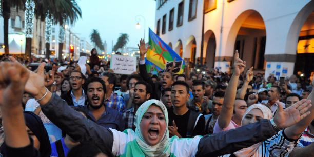 A Rabat, la capitale, les manifestants se sont donné rendez-vous, ce dimanche soir, devant le parlement pour exprimer leur colère quant à ce qu'ils considèrent comme l'expression de la « hogra ».