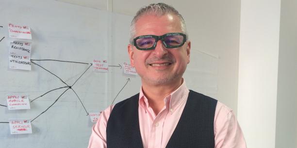 Philippe Peyrard et le prototype de sa lunette connectée intelligente, développée à Nice.