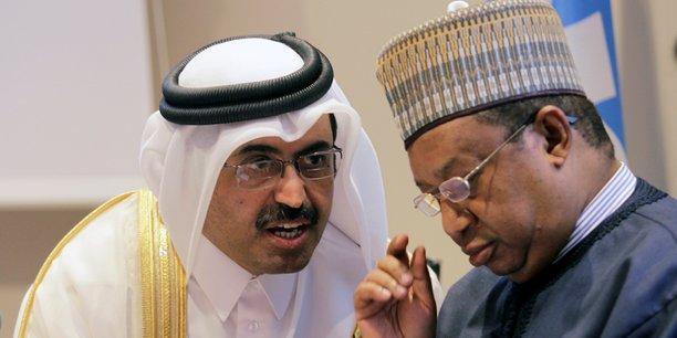 Le ministre de l'Energie du Qatar, Mohammed bin Saleh al-Sada, parle au Secrétaire général de l'OPEP, Mohammed Sanusi Barkindo, lors d'une conférence de presse après une réunion informelle entre les membres de l'organisation à Alger, le 28 septembre 2016.