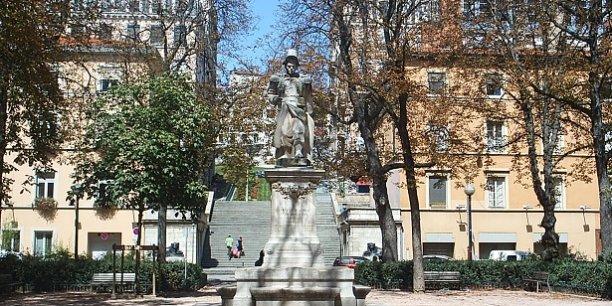 Les tarifs les plus élevés restent concentrés en Presqu'île de Lyon : 13,7 euros/m² dans le 2e et 13,2 euros/m² dans le 1er. En photo, la place Sathonay, Lyon 1er.