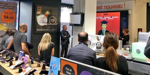 Les clients d'Orange Bank pourront « repartir avec leur carte de crédit » d'une boutique de l'opérateur : ici, présentation de la formation d'intermédiaire en opérations de banque dans une boutique Orange.