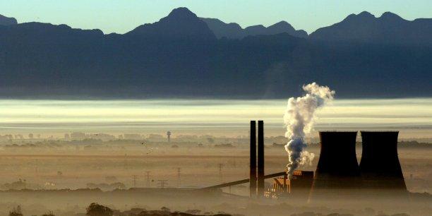 Colonnes de fumée provenant des industries (Le Cap en Afrique du Sud )