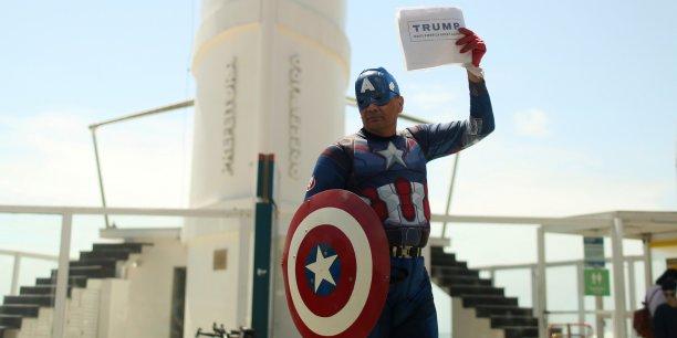 Un partisan de Donald Trump déguisé en Captain America