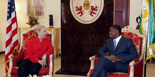 La Secrétaire d'Etat des USA Hillary Clinton, et le Président Togolais Faure Gnassingbe au Palais présidentiel de Lomé en janvier 2012. Depuis, Donald Trump a été élu Président, et les deux interlocuteurs ont gardé leurs statut inchangé.