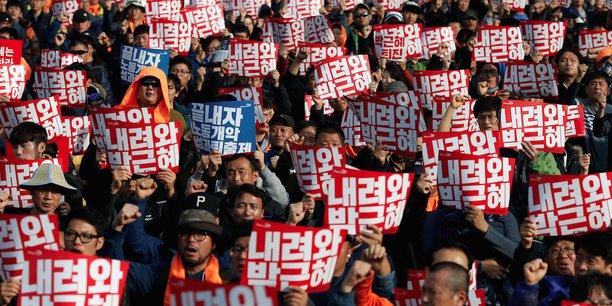 Démissionnez Park Geun-hye ! était écrit sur les pancartes des centaines de milliers de Sud-Coréens qui ont défilé dans les rues de Séoul. Ils réclament la démission de la présidente, mêlée à un scandale de trafic d'influence et d'abus de pouvoir impliquant les grands conglomérats comme Samsung et son amie de 40 ans, Choi soon-sil.