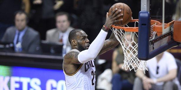 Tous sports confondus, les Cavaliers de Cleveland (NBA) offrent le plus haut salaire annuel moyen et verse près de 31 millions de dollars à sa star, LeBron James (ci-dessus).