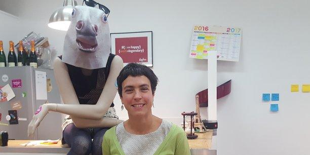 Marie Ekeland dans les locaux du fonds d'investissement Daphni, devant un mannequin déguisé avec humour en licorne, le symbole de la réussite pour les startups.