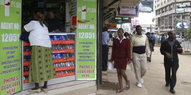 En trois ans, M-Pesa a conquis 40% de la population. Aujourd'hui, 68% des adultes, soit 22 millions de Kenyans, utilisent ce service, quand ils sont moitié moins à avoir accès à un compte bancaire. Et 43% du PIB kenyan transite par ce système (hors économie informelle bien sûr) ! (Photo d'une boutique M-Pesa, prise à Nairobi, capitale du Kenya, le 12 mai 2009)