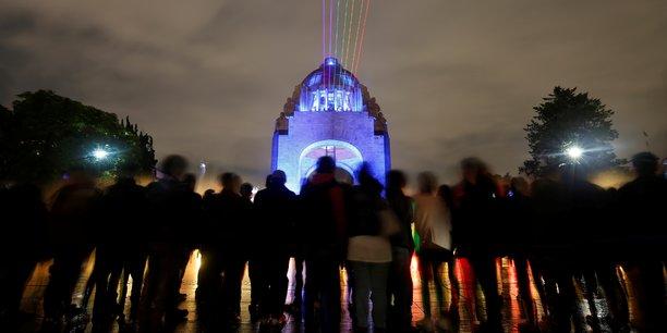 Des habitants se regroupent, se retrouvent devant le Monument de la révolution, pour le festival international des lumières, le 11 novembre dernier.
