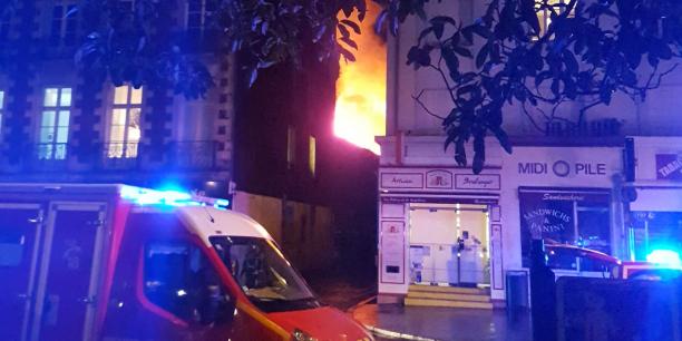Il aura fallu plus de deux heures aux 122 pompiers nantais armés de 49 engins incendie pour venir à bout du brasier qui s'est déclaré dans un îlot enclavé du quartier de la Madeleine dans le centre-ville de Nantes.