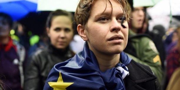 Bien que les jeunes électeurs ont massivement voté en faveur du Remain (pour rester dans l'UE), le taux d'abstention des 18-24 ans était paradoxalement parmi les plus élevés comparé aux autres classes d'âge.