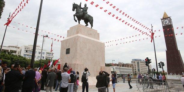 Depuis juin 2016, une statue équestre de Habib Bourguiba, premier président de la Tunisie, a été élevée sur la place de l'Horloge, au centre de Tunis.