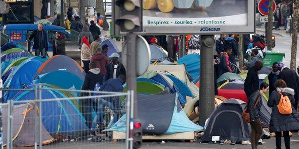 Sur les trottoirs de Paris viennent s'échouer les victimes des conflits moyen-orientaux comme ceux qui veulent absolument gagner la Grande-Bretagne, persuadés d'y trouver un travail, et qui ne peuvent plus stationner dans l'ex-jungle de Calais.